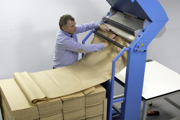 FillPak Wypełniacze papierowe do opakowań maszyna, pracownik, linia